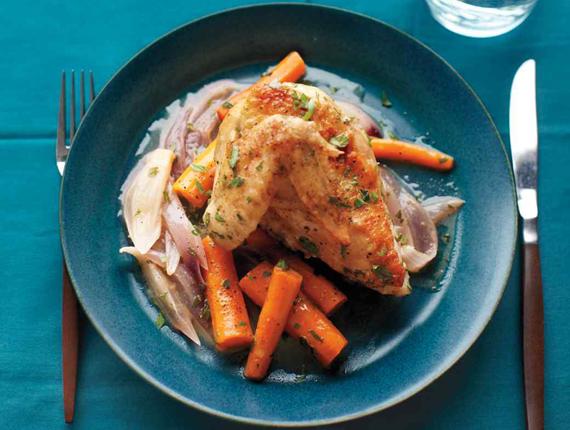 مرغ آرام پز با پیاز قرمز و هویج