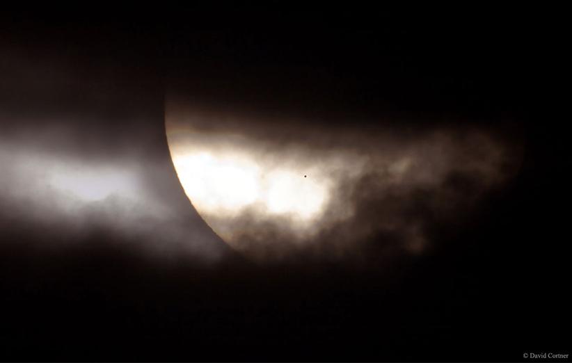 تصویر نجومی روز ناسا (۱۹ اردیبهشت ۹۵): گذر عطارد؛ لکهای غیر معمول روی خورشید