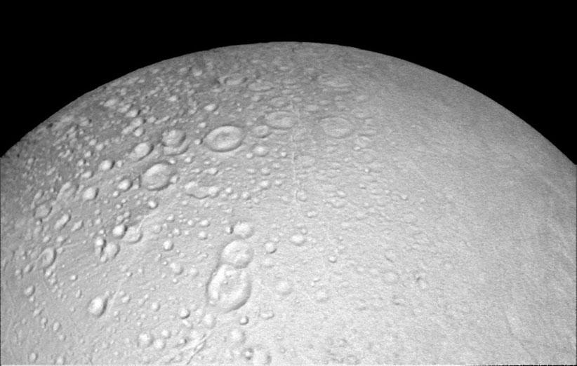 فضاپیمای کاسینی تصاویر نزدیکی از انسلادوس، قمر یخی زحل گرفت