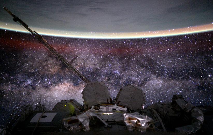 تصویر نجومی روز ناسا (۱۶ آبان ۹۴): ایستگاه فضایی، زمین، راهشیری