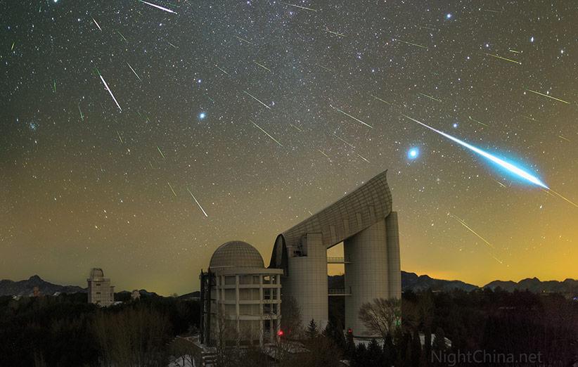 تصویر نجومی روز ناسا (۲ دی ۹۴): شهابهای جوزایی بالای رصدخانهای در چین