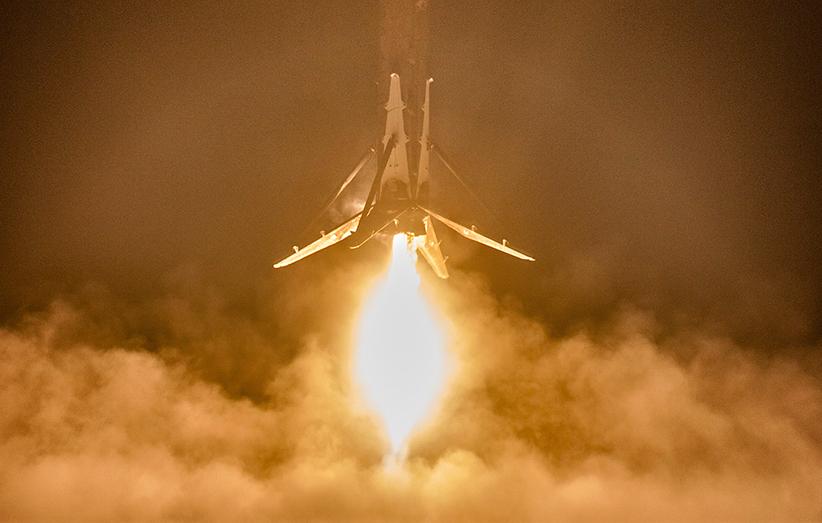 مهندسان اسپیس ایکس و بررسی موتور موشک فالکون ۹ که فرود سالمی داشته